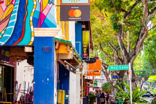 Die Leute kaufen und gehen in der berühmten kleinen Straße in der Stadt. – Foto