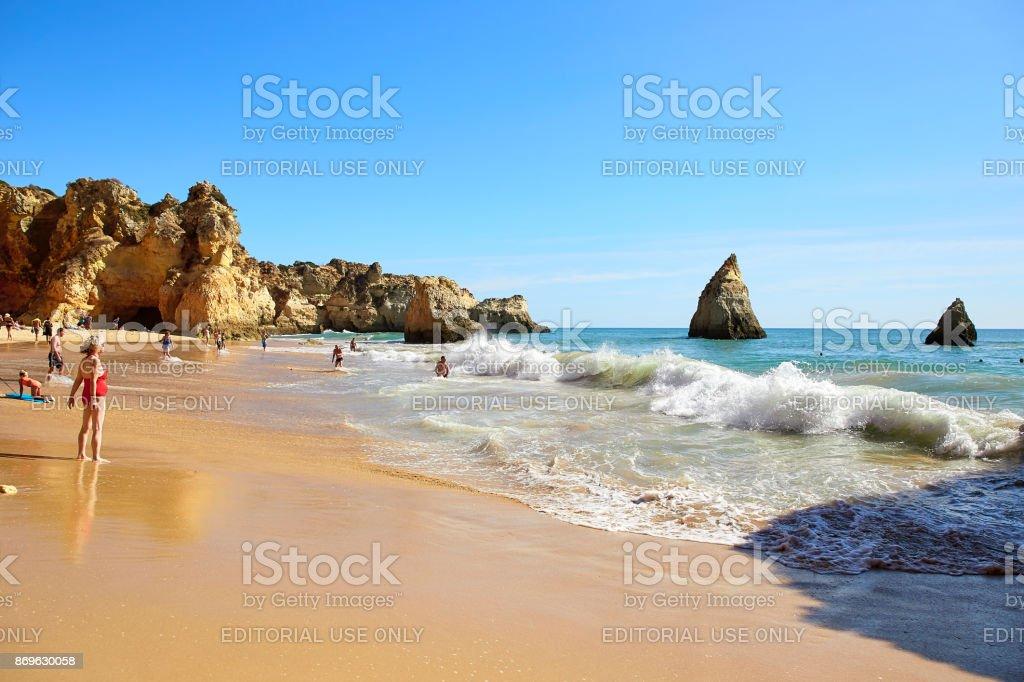 people are swiming and sunbasing - fotografia de stock
