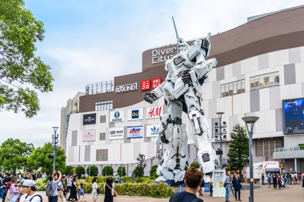 La gente está tomando fotos de la atracción Gundam Robot en Odaiba, Tokio. - foto de stock