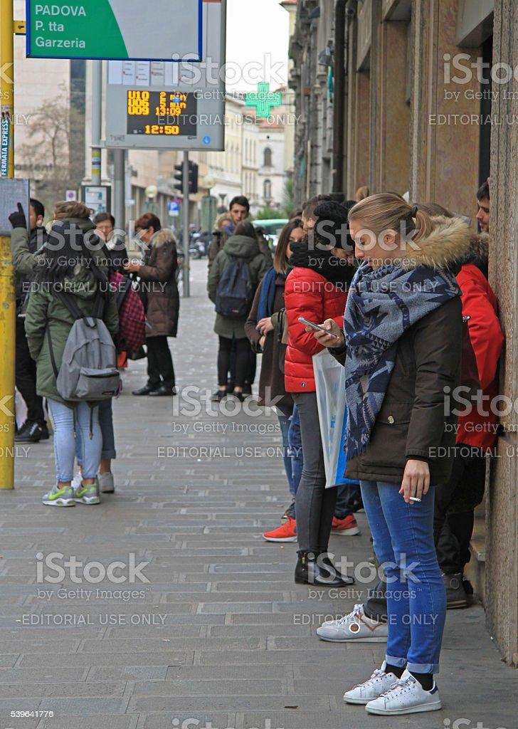 Le persone stanno aspettando l'autobus per la fermata di Padova - foto stock