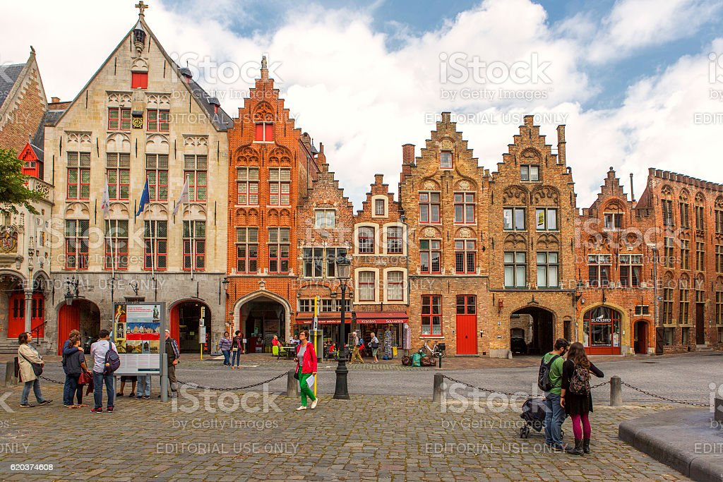 People are walking around historical gothic buildings in brugge belgium foto de stock royalty-free