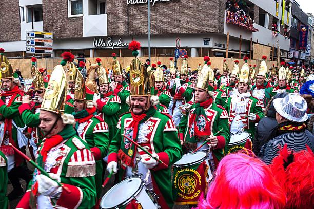 menschen in einem karneval in köln - karnevalskostüme köln stock-fotos und bilder