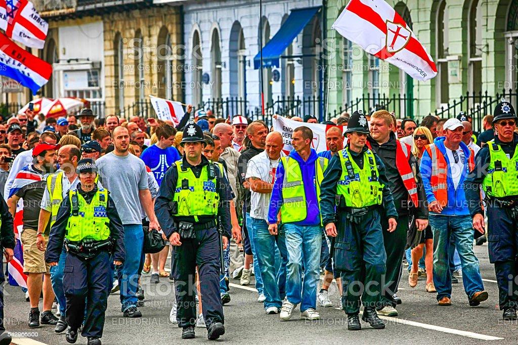 Des gens d'extrême-droite à un montage de démonstration dans Weymouth, Royaume-Uni - Photo