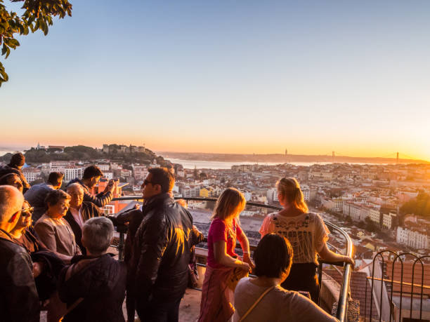 menschen an einem aussichtspunkt in lissabon - lissabon reise stock-fotos und bilder