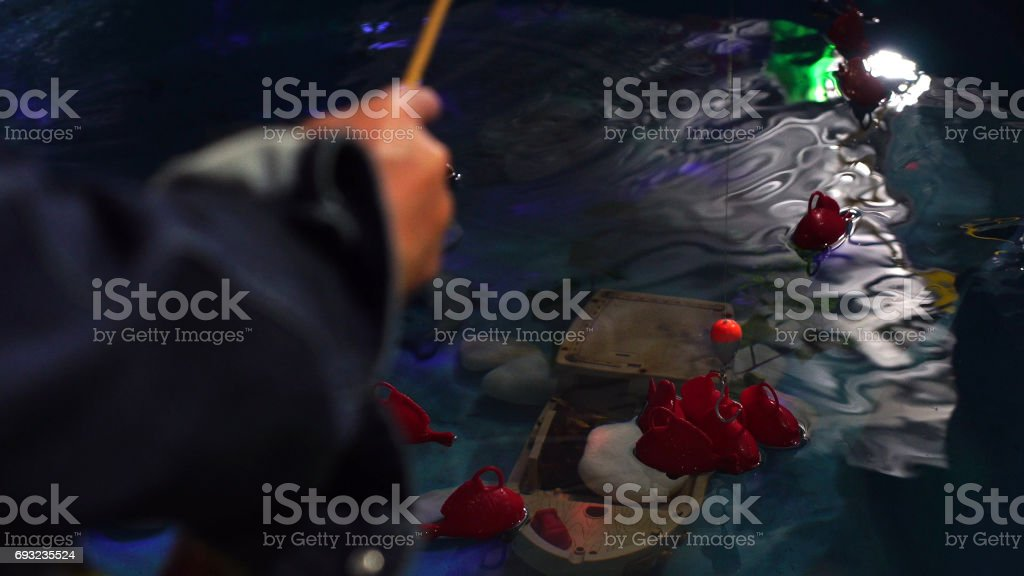 Pessoas na pesca fácil - um jogo tradicional na Festa Junina (Festa Junina) no Brasil - foto de acervo