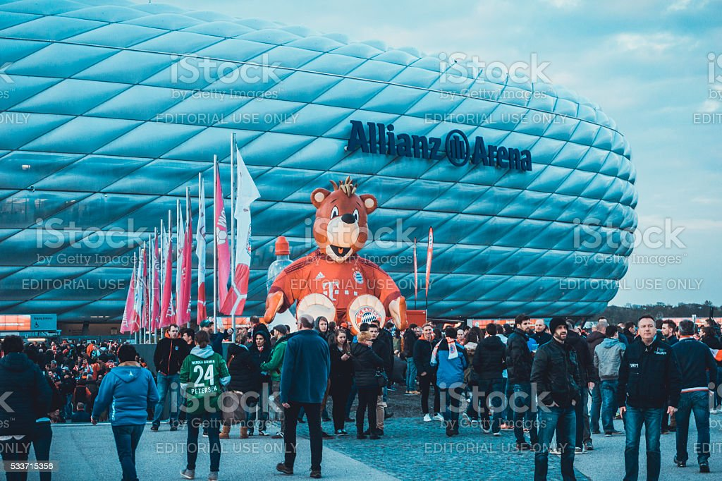 Menschen am Eingang der Allianz Arena – Foto