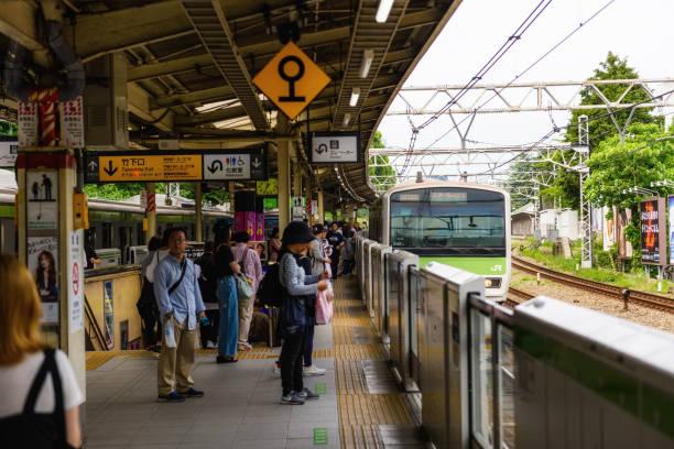 menschen am bahnhof harajuku jr, tokio - tokyo cosplay stock-fotos und bilder
