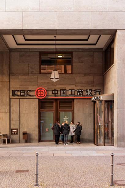 menschen im icbc-gebäude in berlin - museum für naturkunde stock-fotos und bilder