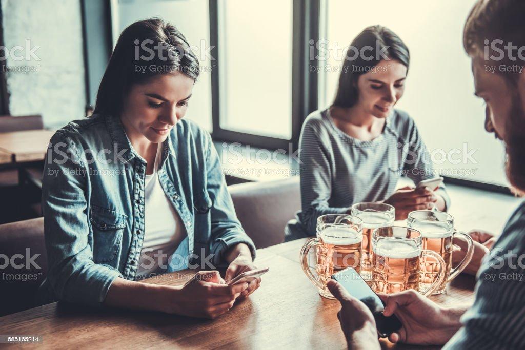 People at pub with phone foto de stock libre de derechos