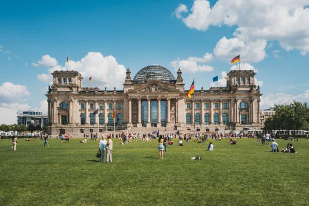 Menschen im Reichstag, im Deutschen Bundestag oder im Parlamentsgebäude, ein berühmtes Wahrzeichen an einem Sommertag in Berlin – Foto