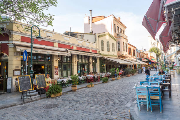 Menschen auf der Straße der Altstadt mit traditionellen Häusern und Restaurants in Thessaloniki Griechenland – Foto