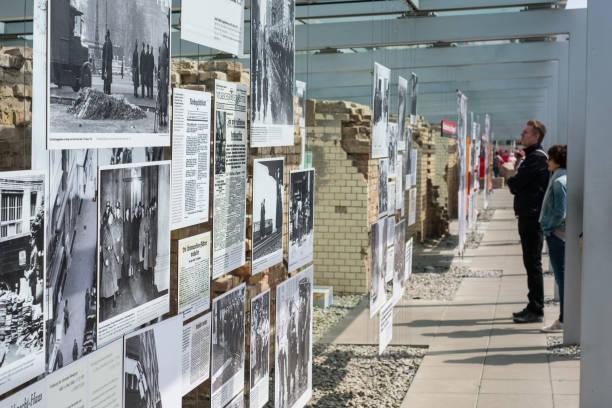 Menschen bei der Topographie des Terrors (Deutsch: Topographie des Terrors) Outdoor-historischen Museum in Berlin – Foto