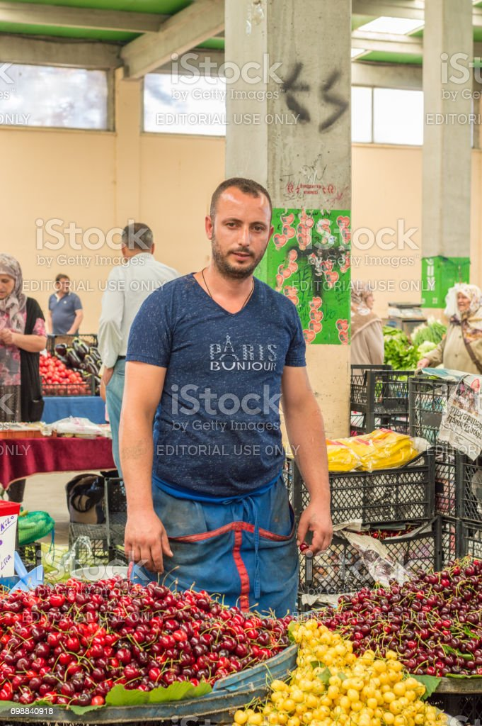 Turcos      - Página 3 People-at-traditional-typical-turkish-grocery-bazaar-in-eskisehir-picture-id698840918