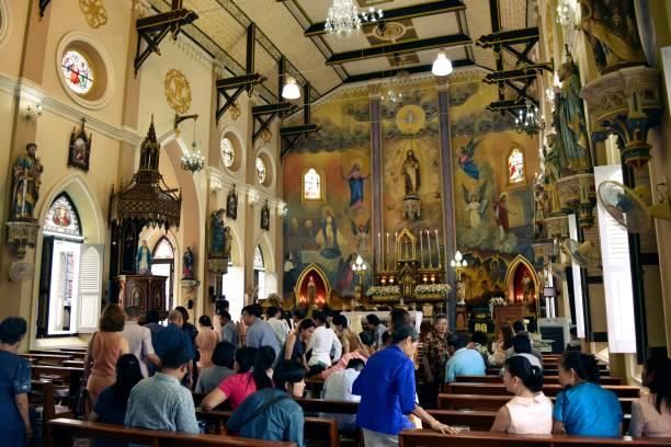 menschen besuchen eine religiöse zeremonie im tempel von christian church, römisch-katholisch in thailand - taufe fotos stock-fotos und bilder