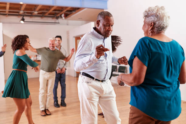 pessoas frequentando aula de dança no centro comunitário - dançar - fotografias e filmes do acervo