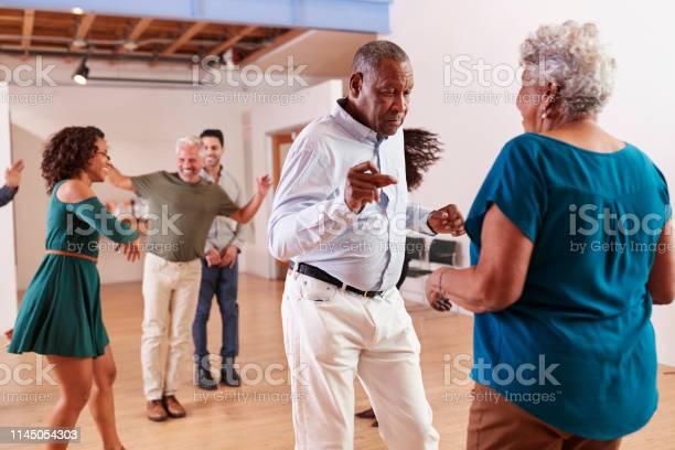 コミュニティセンターでダンスクラスに通う人たち - 30代のストックフォトや画像を多数ご用意