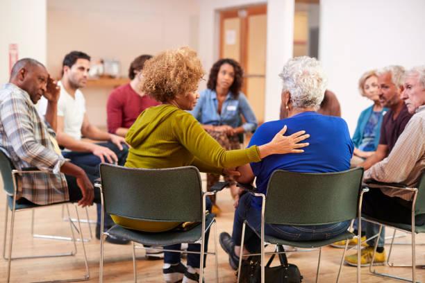 menschen, die selbsthilfe-gruppensitzung im gemeinschaftszentrum besuchen - einen gefallen tun stock-fotos und bilder