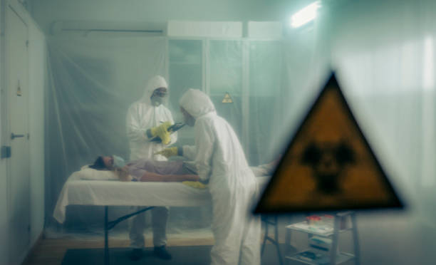 Menschen, die sich um eine Frau mit einem Virus auf einer Trage – Foto