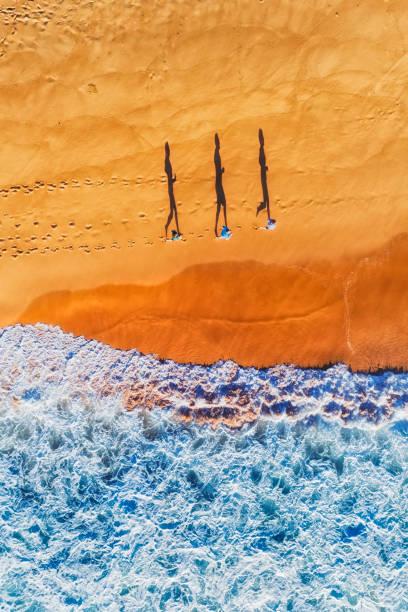 d menschen strand laufen schatten vert - roll tide stock-fotos und bilder