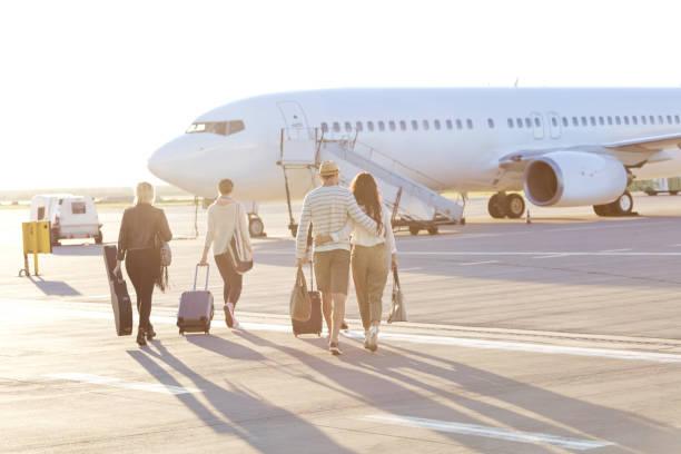 Menschen, die auf dem Flug einsteigen – Foto