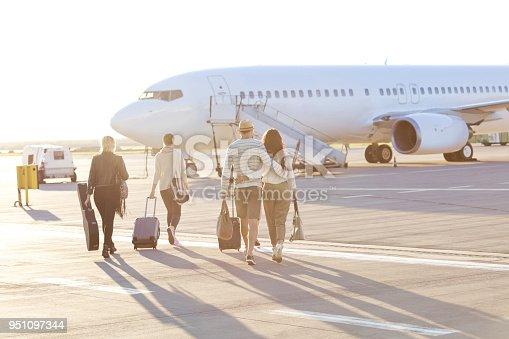 Menschen Die Auf Dem Flug Einsteigen Stock-Fotografie und mehr Bilder von Abschied