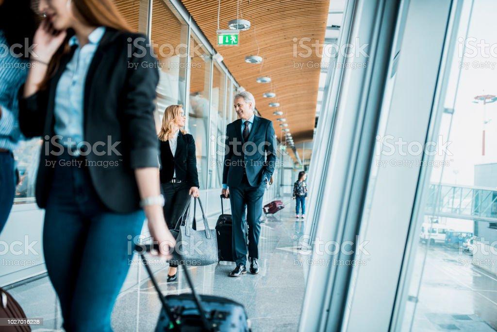 Menschen, die einsteigen in des Flugzeugs – Foto