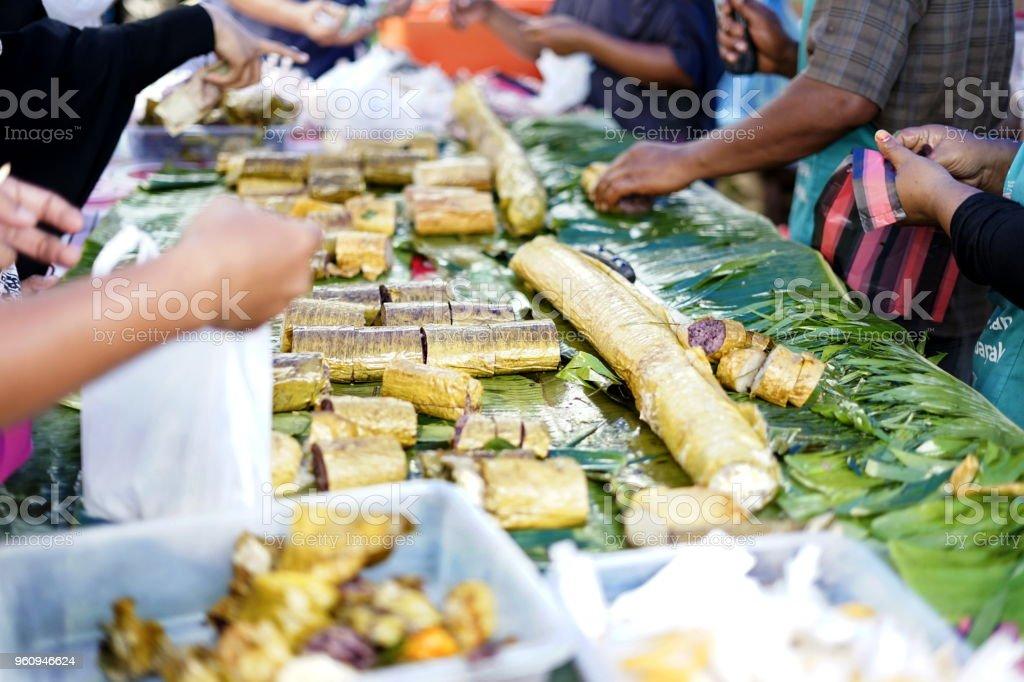 Menschen kaufen Klebreis Desserts auf street Food-Markt - Lizenzfrei Aceh Stock-Foto