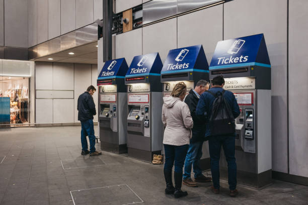 people buying tickets from a ticket machine inside london bridge rail station, london, uk. - biglietteria automatica foto e immagini stock