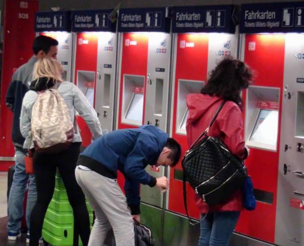 människor att köpa tågbiljett från självbetjäning biljett varuautomat vy i münchen bayern tyskland europa - munich train station bildbanksfoton och bilder