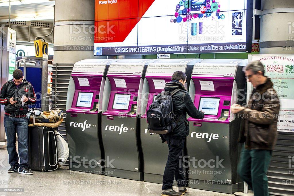 Las personas que compran los billetes de tren Atocha estación, Madrid - foto de stock