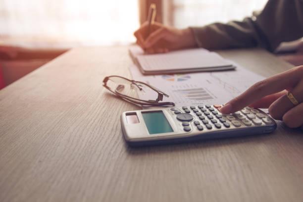 menschen über kosten zu hause zu berechnen, finance manager aufgabe, konzept-wirtschaft und finanzen - bankhaken stock-fotos und bilder