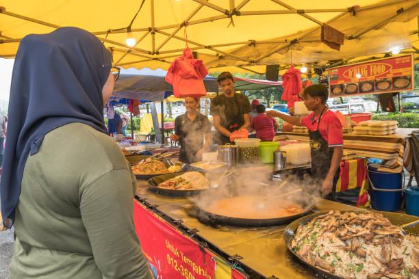 Menschen können gesehen Kauf Lebensmittel am Stall in Ramadan Bazaar. Es steht für Muslim, brechen schnell während des heiligen Monats Ramadan fest. – Foto