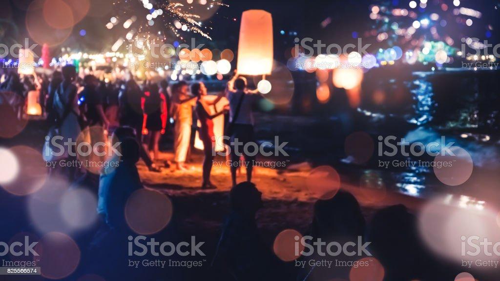 Mensen vieren het nieuwe jaar. Vuurwerk cirkel vervagen. Kleurrijk in de viering. Thailand Beach foto