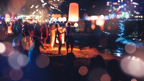 mensen vieren het nieuwe jaar. vuurwerk cirkel vervagen. kleurrijk in de viering. thailand beach - strandfeest stockfoto's en -beelden
