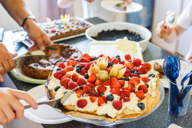 Menschen feiern rund um Kuchen – Foto