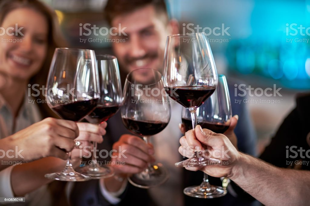 Pessoas celebrando no restaurante - foto de acervo