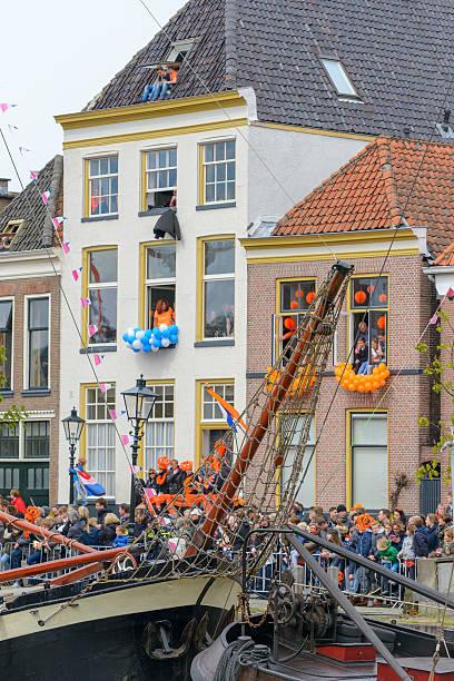 feiernden königstag in zwolle genießen. die niederlande - feiertage holland 2016 stock-fotos und bilder