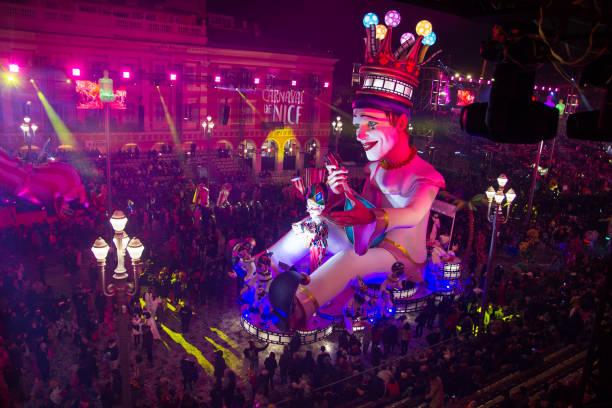 Leute, die den Karneval auf dem Massena-Platz, Nizza, Frankreich feiern – Foto