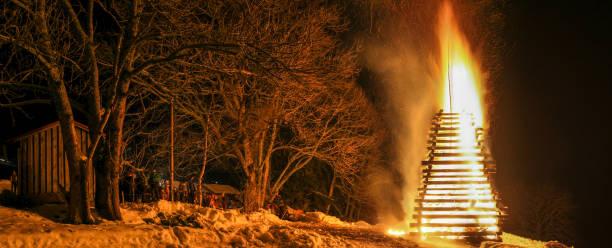 volksfest rund um brand große traditionelle veranstaltung. - osterfeuer stock-fotos und bilder