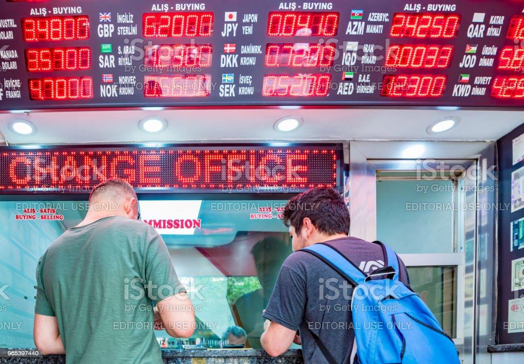 as pessoas mudam de moeda na loja de trocador de dinheiro - Foto de stock de Caindo royalty-free