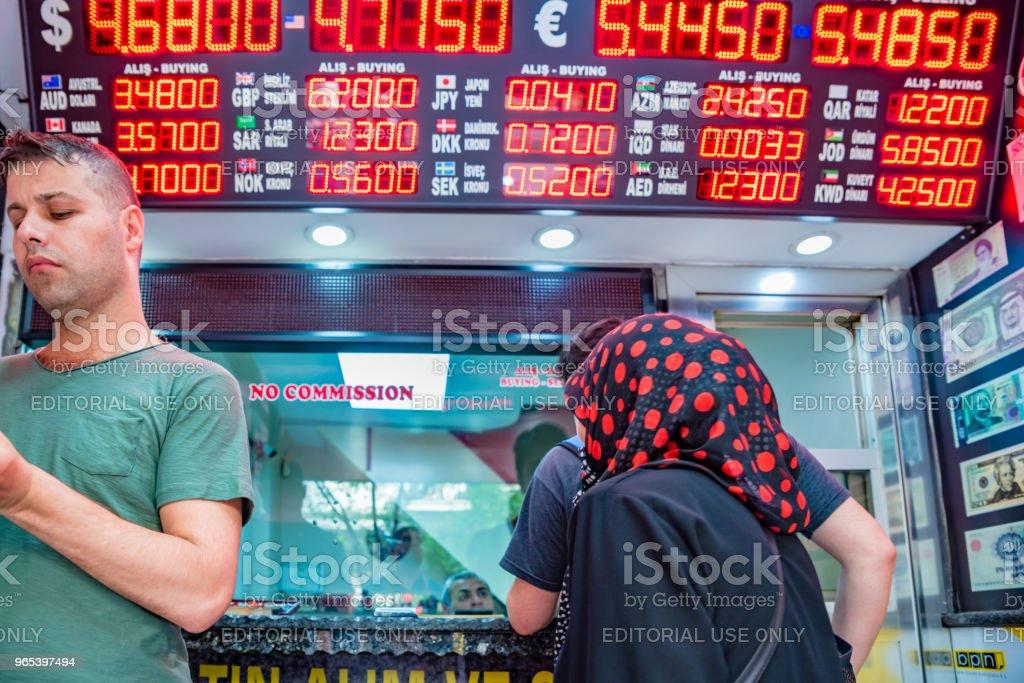 人們在兌換幣店兌換貨幣 - 免版稅人圖庫照片