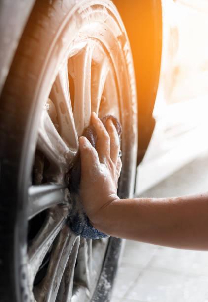 Menschen Sie, Reinigung und waschen Sie das Auto – Foto