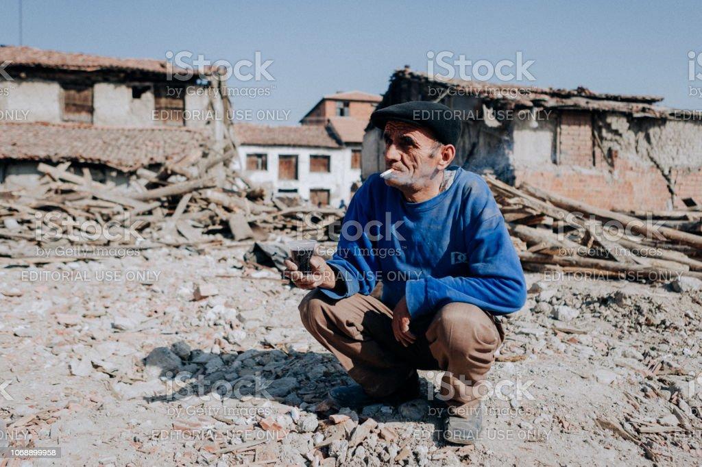 Menschen sammeln Schrott aus den Trümmern – Foto