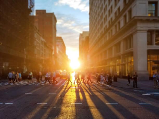 menschen überqueren belebten kreuzung, auf der 23rd street in manhattan new york city - überqueren stock-fotos und bilder