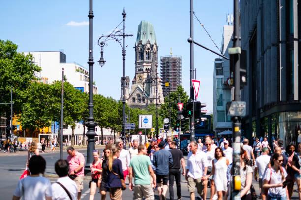 Menschen Kreuzung Straße an Berlins berühmteste Einkaufsstraße Kurfürstendamm aka Kudamm an einem Sommertag – Foto