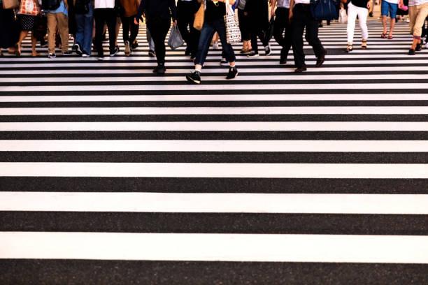Menschen, die die Straße überqueren – Foto