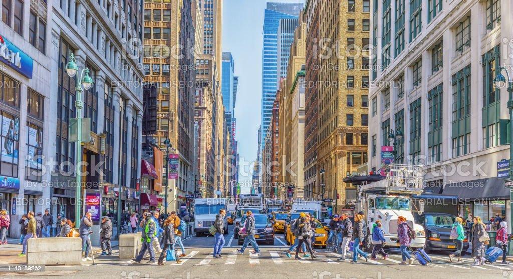 マンハッタンの7番街を渡る人々 ニューヨーク市 アメリカ合衆国 - 7 ...