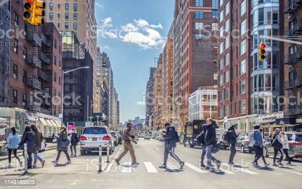 7番街を渡る人々マンハッタンニューヨークアメリカ - 7アベニューの ...