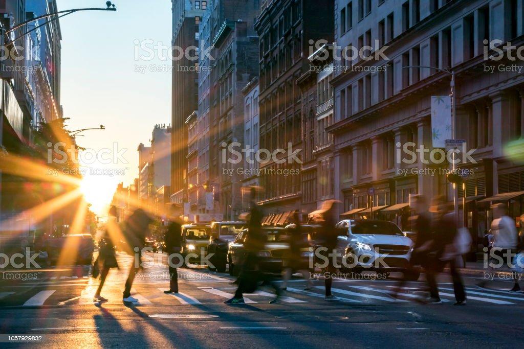 Menschen, die über die Straße in Manhattan New York City - Lizenzfrei Auto Stock-Foto