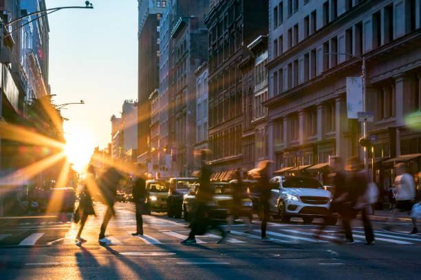 personas que cruzan la calle en manhattan nueva york - ciudad fotografías e imágenes de stock